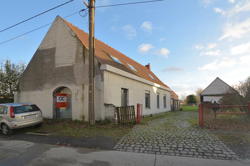 Ruime, grotendeels gerenoveerde woning met grote tuin te Evergem