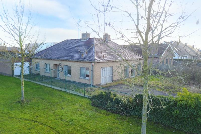 Alleenstaande ruime woning met bijgebouw (42m2) op 1079m2 te Zedelgem.