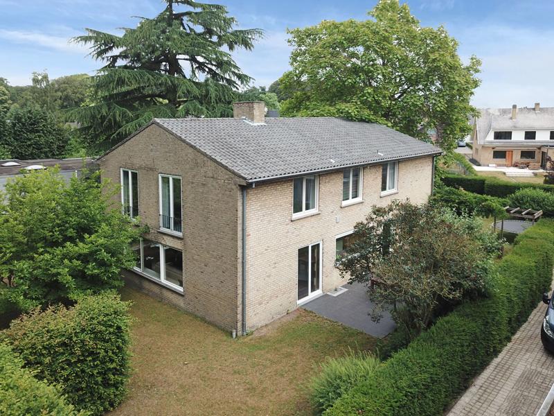 Residentieel gelegen villa op perceel van 1037m2 te Sint- Michiels Brugge.
