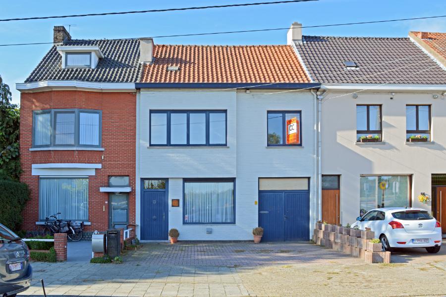 Ruime gezinswoning met werkruimte vlakbij R4 en centrum Merelbeke