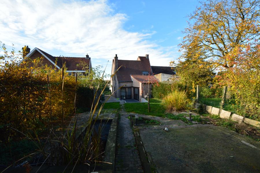Ruime halfopen bebouwing op rustige ligging in Aaigem.