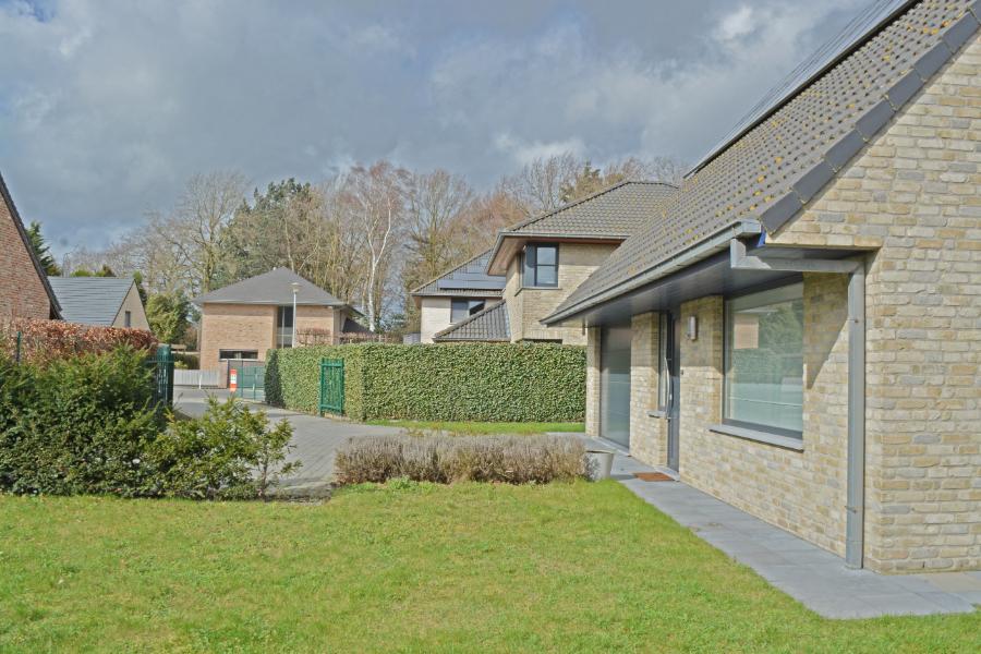 Alleenstaande woning met ruime tuin te Aartrijke.