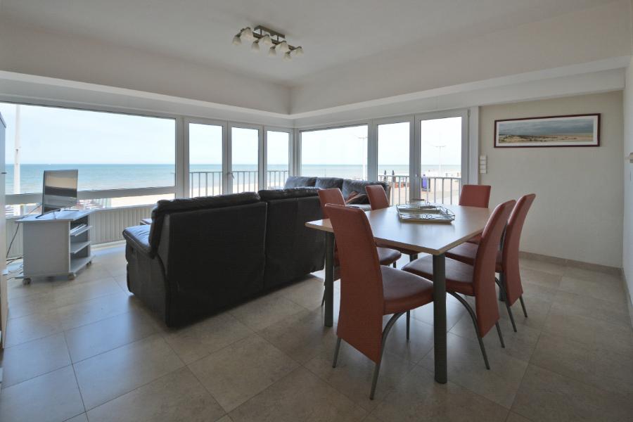 Instant vakantiegevoel in dit tweeslaapkamer appartement op zeedijk te Koksijde.