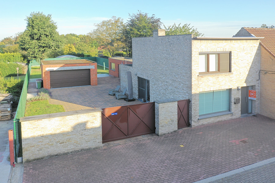 Instapklare woning met ruime tuin en dubbele garage in rustige buurt