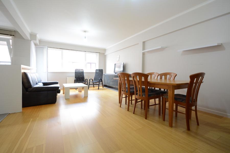 Gerenoveerd (2015) en lichtrijk 2 slaapkamer appartement met 2 terrassen!