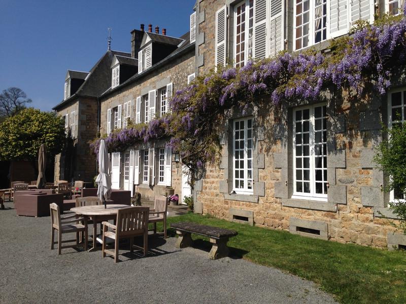 Charmant 19e-eeuws kasteellandgoed met hippische faciliteiten op 14 hectare dichtbij de Mont-Saint-Michel