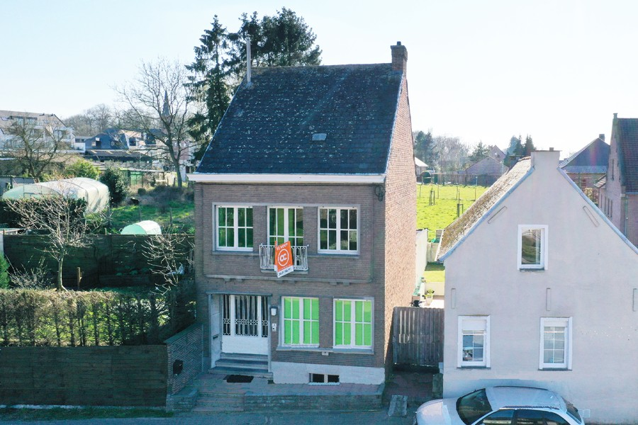 Stevige woning met 3 slpk en terras, centraal gelegen