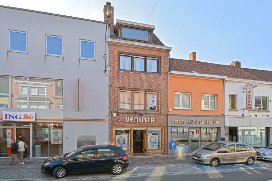 Te renoveren woning met 4 slpk pal in het centrum van Zwevegem
