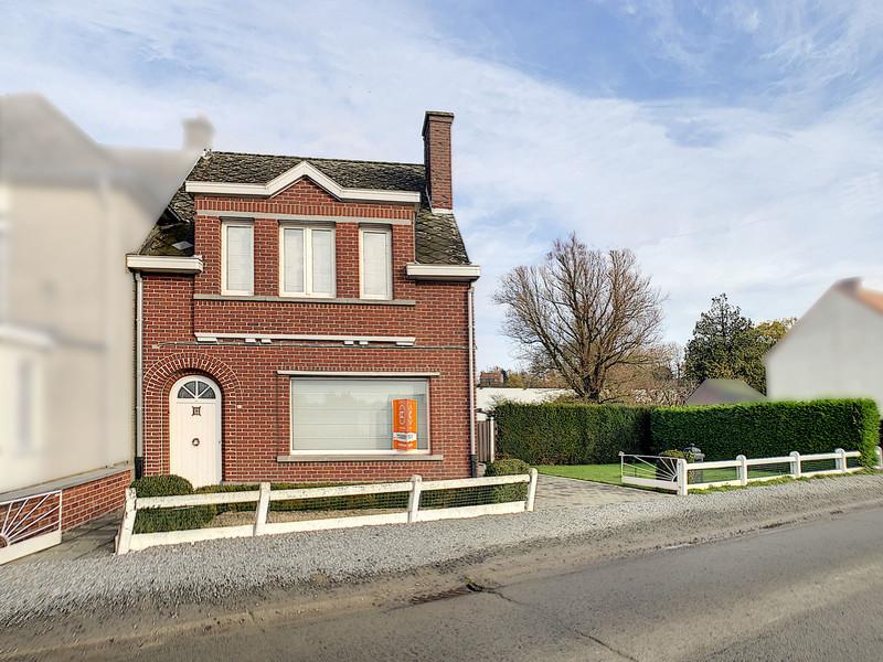Solide halfopen bebouwing met garage en tuin, nabij centrum Zwalm