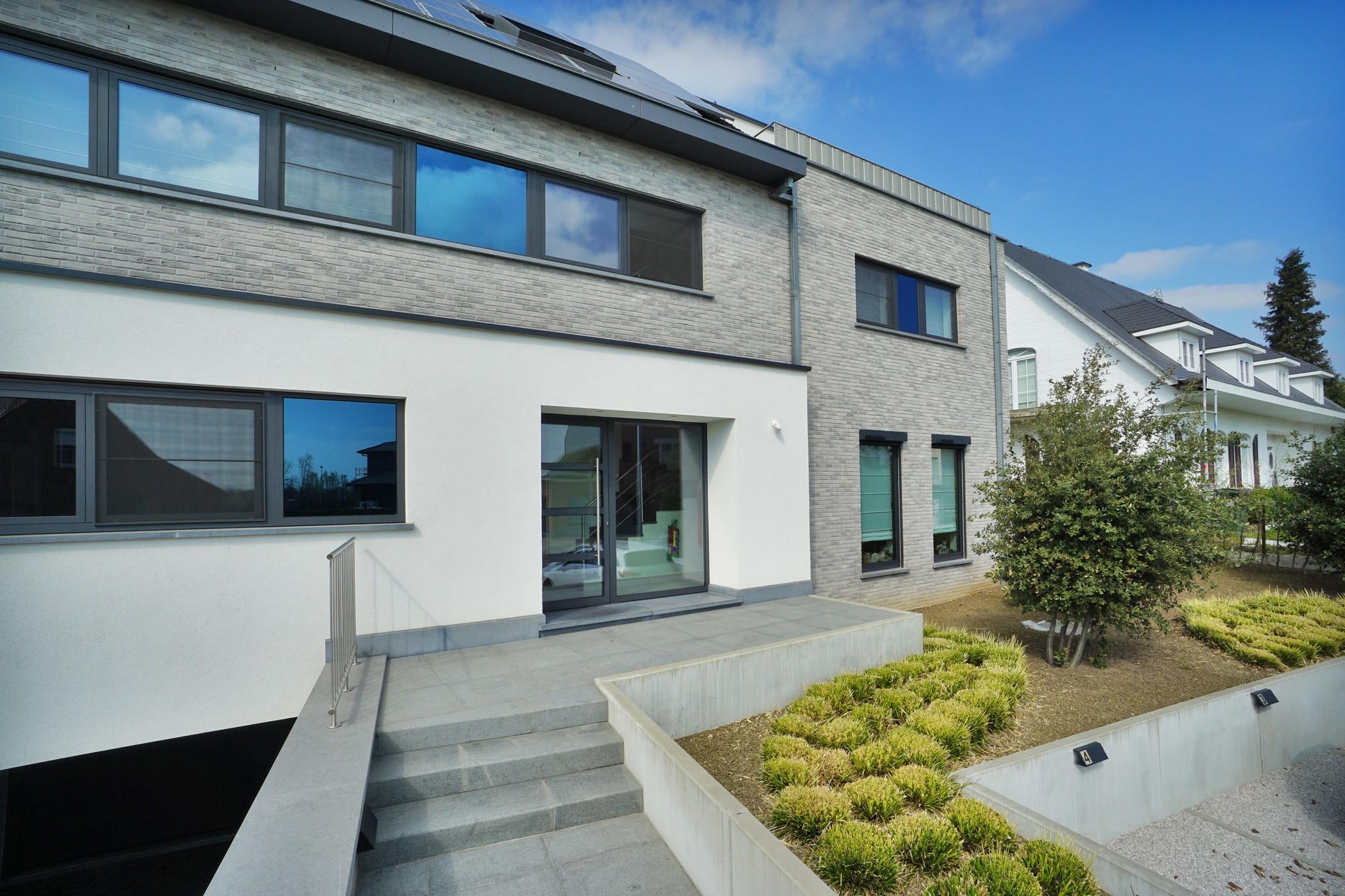 Luxueus nieuwbouw gelijkvloersapp. met parkeervoorzieningen en tuin