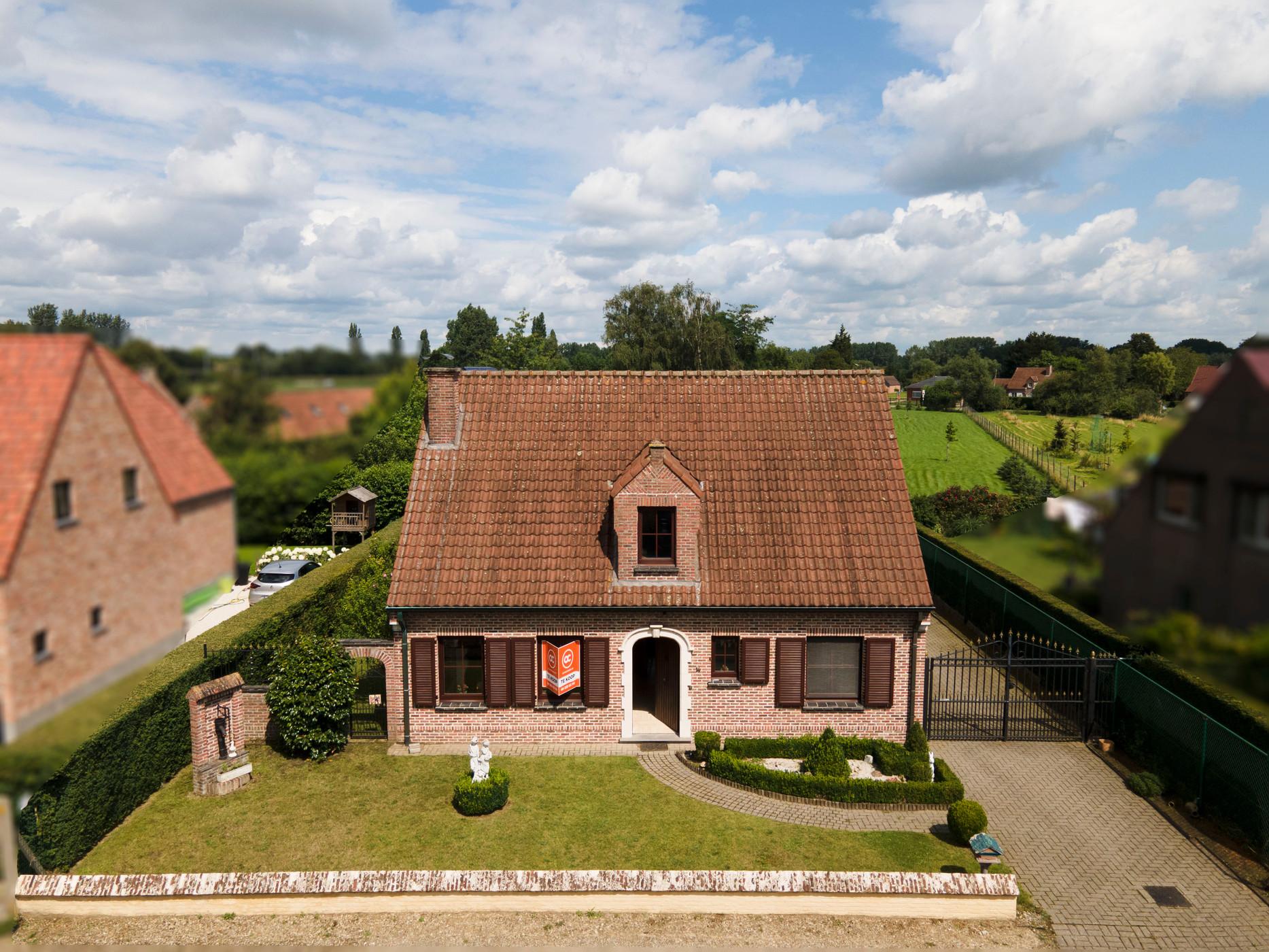 Aantrekkelijke woning met zonnige tuin en dubbele garage in rustige wijk te Laarne.