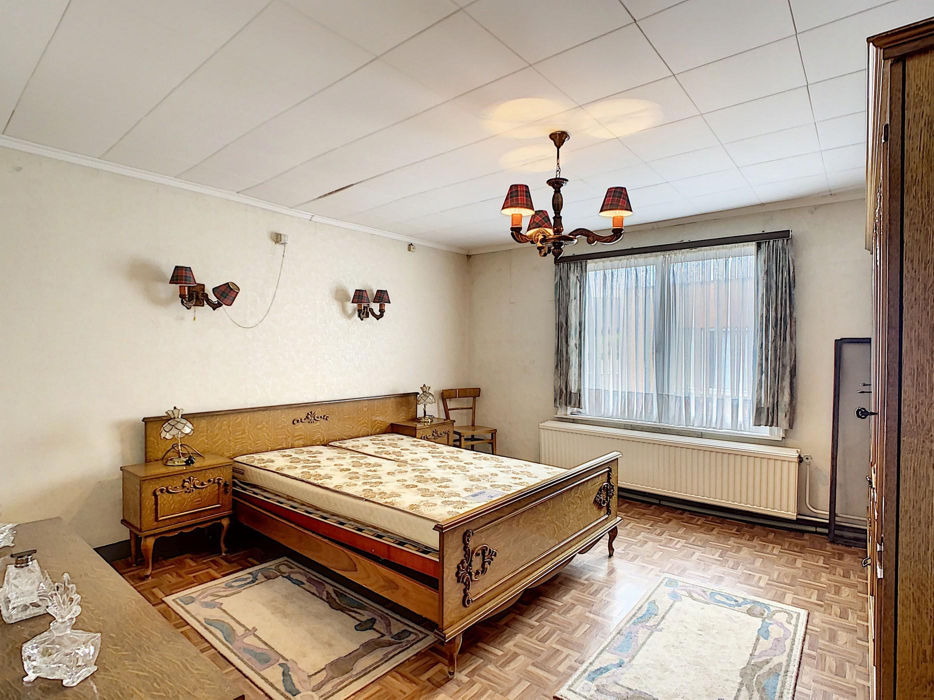 Ruime, te renoveren woning met veel mogelijkheden in het centrum van Melsele