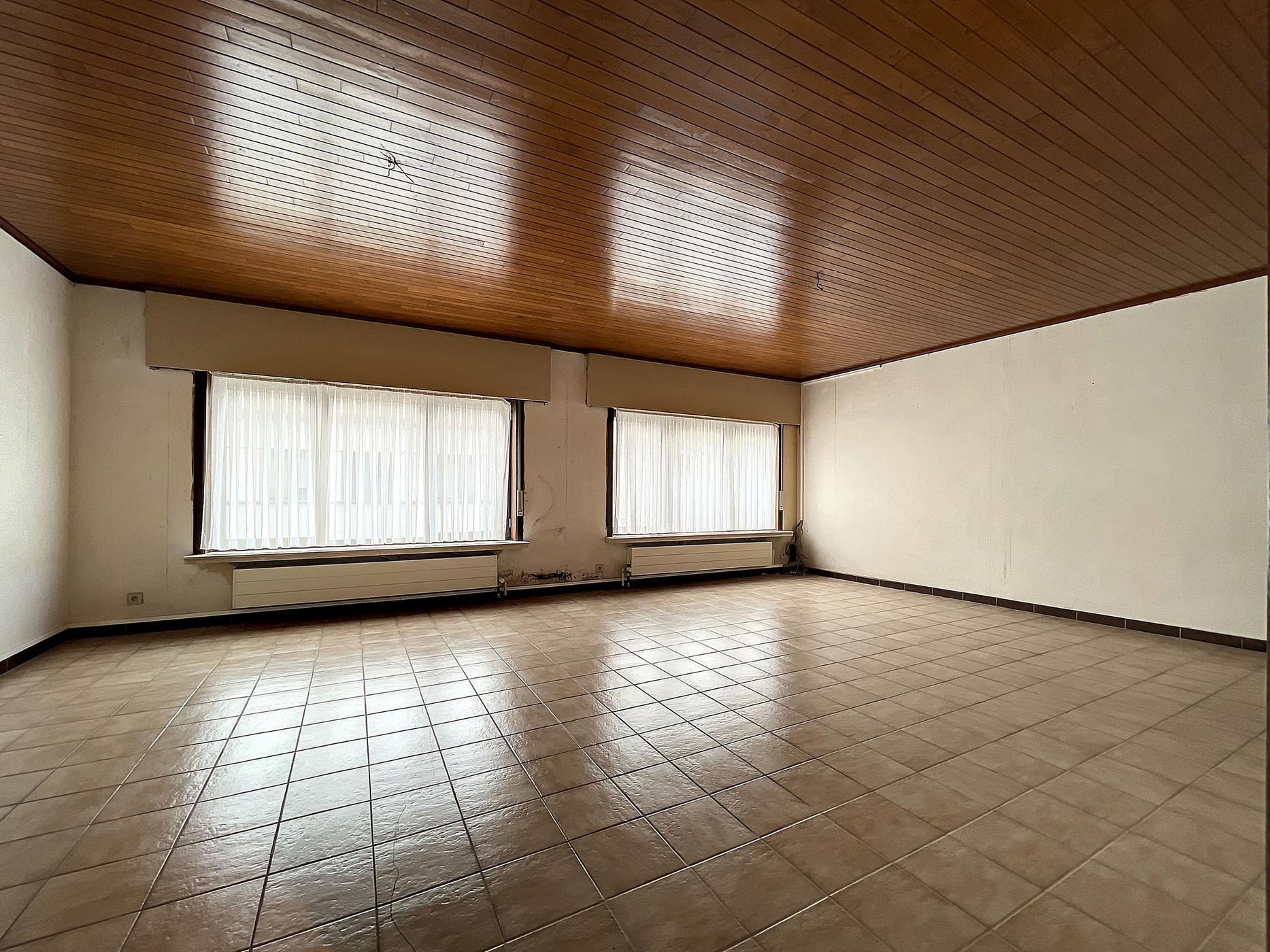 Handelspand met duplex appartement gelegen in het hart van Assenede!